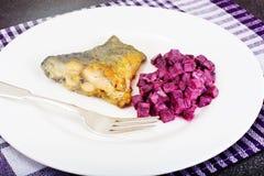 Fried Fish Cards e salada de beterrabas fervidas com iogurte Fotografia de Stock Royalty Free