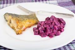 Fried Fish Cards e salada de beterrabas fervidas com iogurte Imagens de Stock Royalty Free