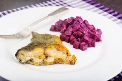 Fried Fish Cards ed insalata delle barbabietole bollite con yogurt Immagini Stock