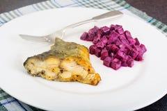 Fried Fish Cards ed insalata delle barbabietole bollite con yogurt Fotografie Stock Libere da Diritti