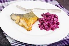 Fried Fish Cards et salade des betteraves bouillies avec du yaourt Images libres de droits