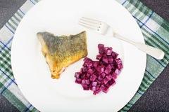 Fried Fish Cards et salade des betteraves bouillies avec du yaourt Photo stock