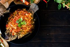 Fried Fish och överträffat med chilisås arkivfoto