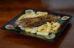 Fried Fish Steak With French-Fischrogen lizenzfreie stockfotos