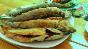 Fried Fish Trout cocinado en una placa en un restaurante almacen de metraje de vídeo