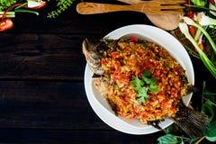 Fried Fish und überstiegen mit Paprika-Soße lizenzfreies stockfoto