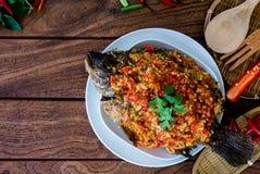 Fried Fish y rematado con la salsa de chiles fotos de archivo