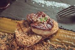 Fried Foie Gras med mangopuré arkivbilder