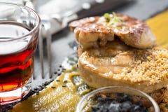 Fried Foie Gras med mangopuré på mörk bakgrund arkivfoton