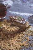 Fried Foie Gras med mangopuré på mörk stenbakgrund Frenc royaltyfri foto
