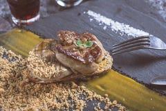 Fried Foie Gras med mangopuré på mörk stenbakgrund Frenc arkivfoton