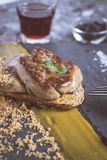 Fried Foie Gras med mangopuré på mörk stenbakgrund Frenc arkivbilder