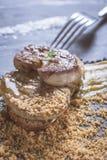 Fried Foie Gras med mangopuré på mörk stenbakgrund Frenc arkivbild