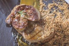 Fried Foie Gras med mangopuré på mörk stenbakgrund Frenc royaltyfri bild