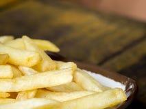 Fried French steker på en vit platta med den bruna gränsen på trätabellen Royaltyfri Bild