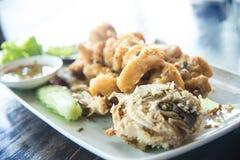 Fried Giant gouramifisk med vitlök och havs- sås, Uthai T royaltyfri foto