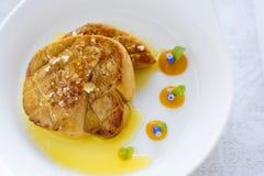 Fried Goose Liver avec la compote de pommes du plat blanc Photo libre de droits