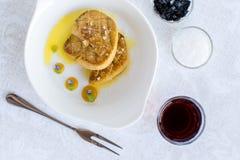 Fried Goose Liver avec la compote de pommes du plat blanc Photographie stock libre de droits