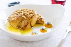 Fried Goose Liver avec la compote de pommes du plat blanc Photos libres de droits