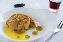 Fried Goose Liver avec la compote de pommes du plat blanc Photos stock
