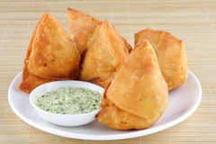 Fried Indian Samosa mit der Kokosnuss chutny Lizenzfreie Stockfotos