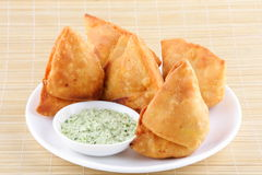 Fried Indian Samosa mit der Kokosnuss chutny Lizenzfreie Stockfotografie