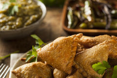 Fried Indian Samosas fait maison Image libre de droits