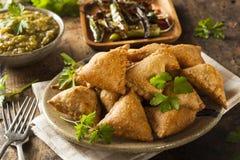 Fried Indian Samosas fait maison images stock