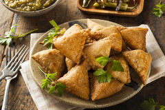 Fried Indian Samosas hecho en casa Foto de archivo