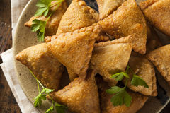 Fried Indian Samosas hecho en casa Imagenes de archivo