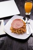 Fried Indonesian Noodle con el jamón y el zumo de naranja Comida mientras que trabaja Fotografía de archivo