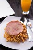 Fried Indonesian Noodle con el jamón y el zumo de naranja Comida mientras que trabaja Imagen de archivo