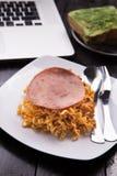 Fried Indonesian Noodle con el jamón y el zumo de naranja Comida mientras que trabaja Foto de archivo
