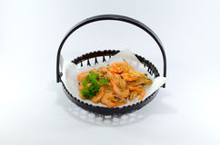 Fried Japanese Shrimp dans le plat noir sur le fond blanc Photos libres de droits