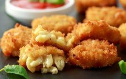 Fried Mac, morsures de macaronis au fromage dans la chapelure avec de la sauce à ketchup photographie stock libre de droits