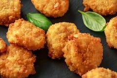 Fried Mac, morsures de macaronis au fromage dans la chapelure avec de la sauce à ketchup images stock