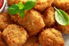 Fried Mac, morsures de macaronis au fromage dans la chapelure avec de la sauce à ketchup photos stock