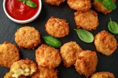 Fried Mac, morsures de macaronis au fromage dans la chapelure avec de la sauce à ketchup photo stock