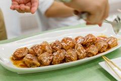 Fried Marinated Chicken Wings Pack na placa branca Imagem de Stock Royalty Free