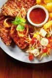 Fried Marinated Meat avec des fritures de sauce et de pomme de terre Images stock