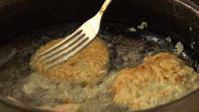 Fried Meat Making With Raw-Bestandteile 4K UltraHD, UHD stock video
