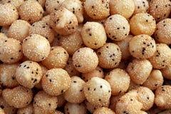 Fried Mung Bean Stuffed Balls thailändskt ägg för mellanmålbakelsesvan med sesamfrö Kanom Kai Hong, Khanom Khai Hong Thai ord arkivfoto