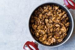 Fried Mushroom Slices med kryddan i panna Arkivfoton