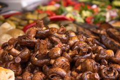 Fried Mushrooms Champignons su un piatto sui precedenti di un piatto delle verdure tagliate fotografia stock