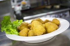 Fried Mushrooms mit Blatt-Kopfsalat schmücken lizenzfreie stockfotografie