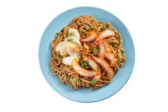 Fried Noodle con cerdo de carne asada y la croqueta de pescados Imagen de archivo libre de regalías