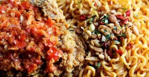 Fried Noodle imediato e Fried Chicken quente imagens de stock royalty free