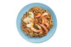 Fried Noodle med stekgriskött och fiskkakan Royaltyfri Bild