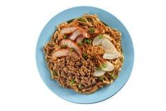 Fried Noodle mit Schweinebratenscheiben-Fischfrikadelle und gehacktem Schweinefleisch Stockfoto