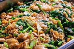 Fried Noodle no molho de soja em uma bacia inoxidável grande, preparada para imagem de stock